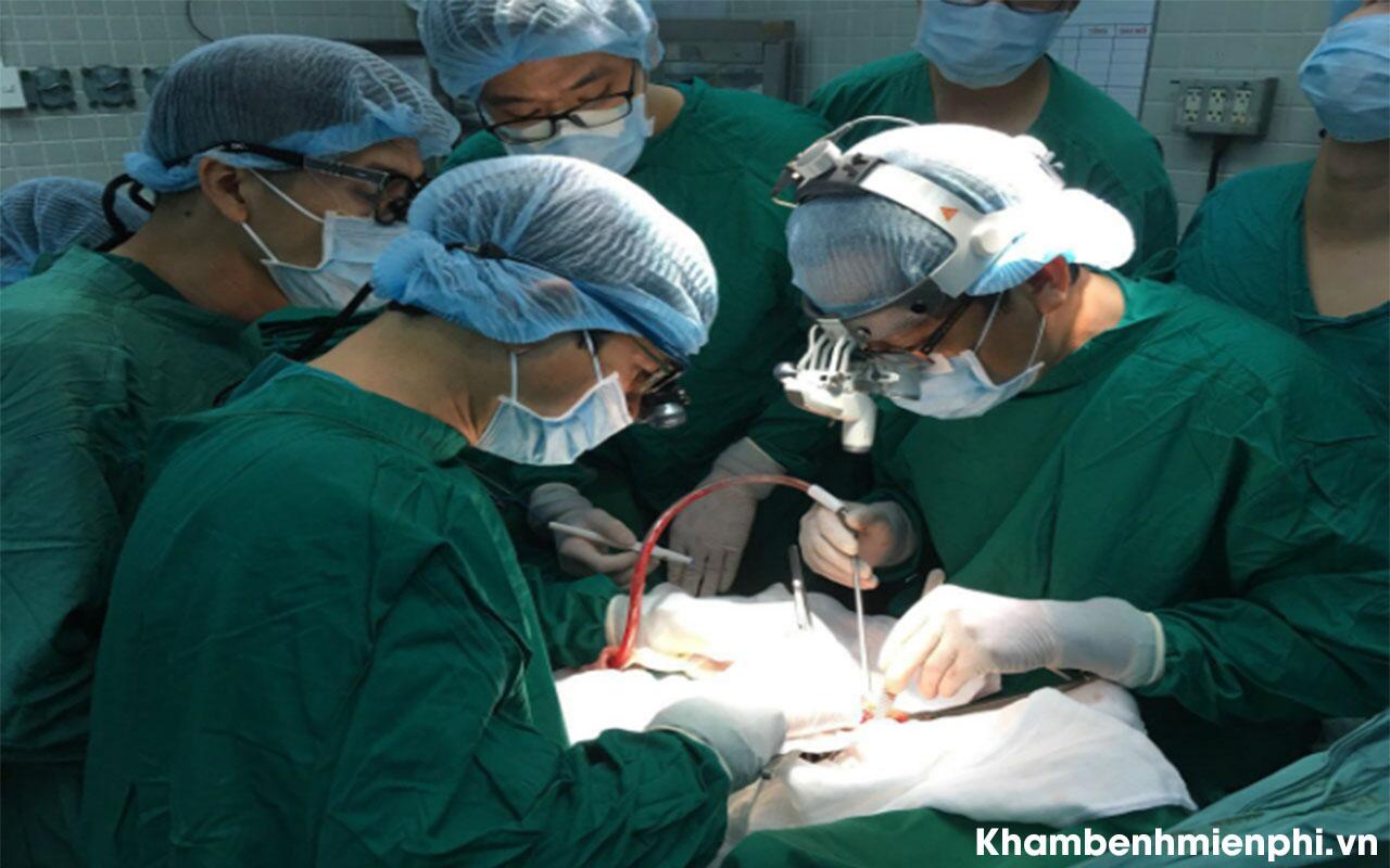 Các bác sĩ tiến hành ca phẫu thuật ghép tim